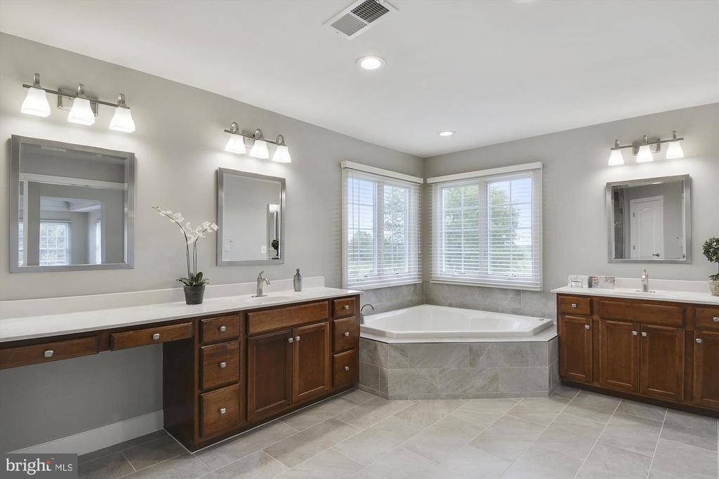 Newly remodeled master bath w/ new tile - 16600 FERRIERS CT, LEESBURG