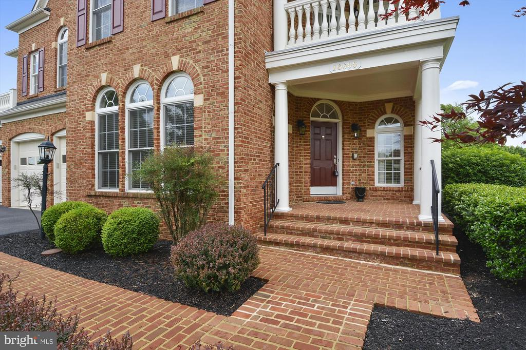Brick walkway & covered front porch - 16600 FERRIERS CT, LEESBURG