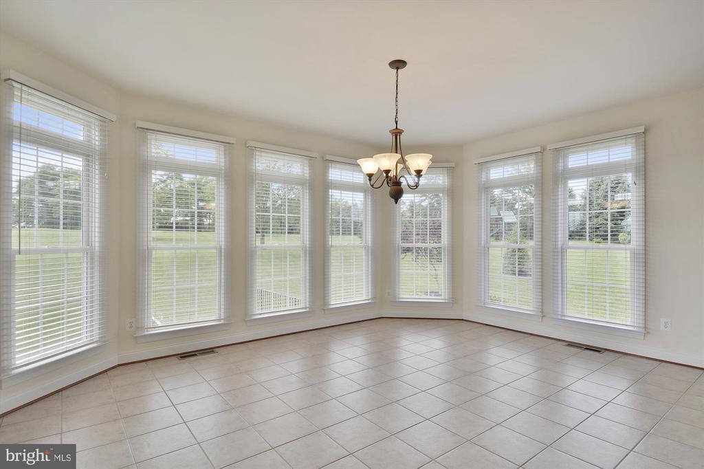 Sun room off kitchen overlooks 1 acre lot - 16600 FERRIERS CT, LEESBURG