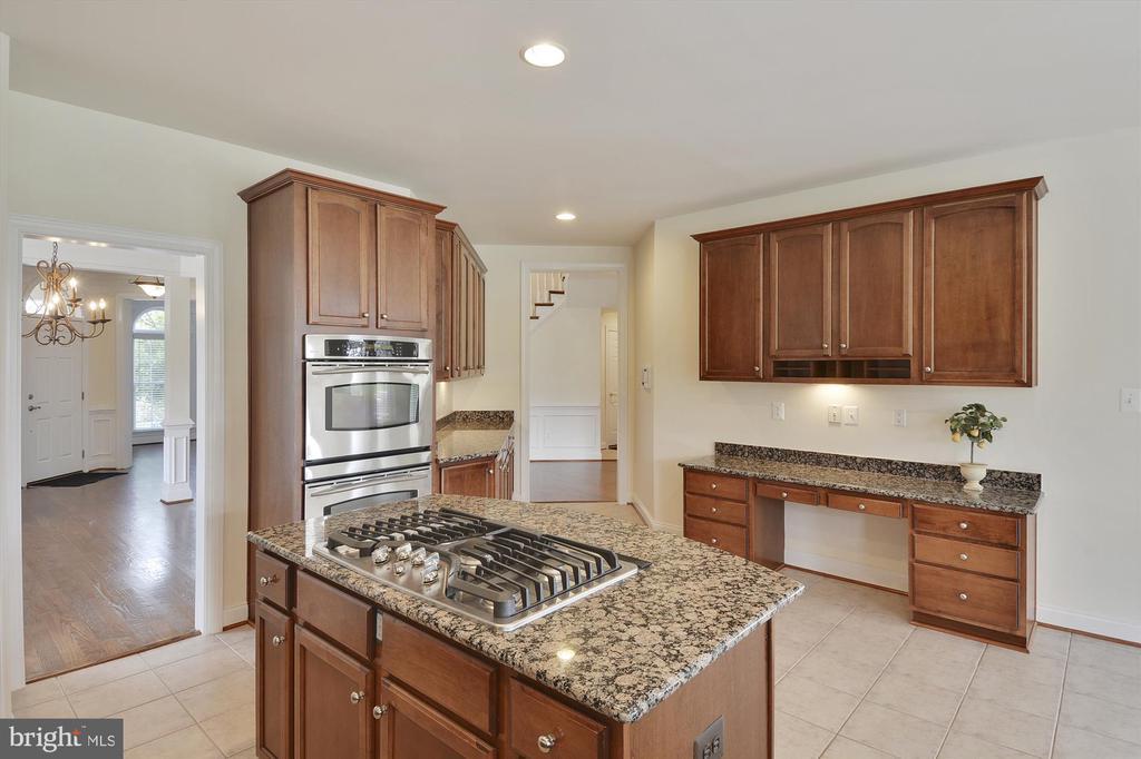 Granite, 6 burners, & lots of upgraded cabinets - 16600 FERRIERS CT, LEESBURG