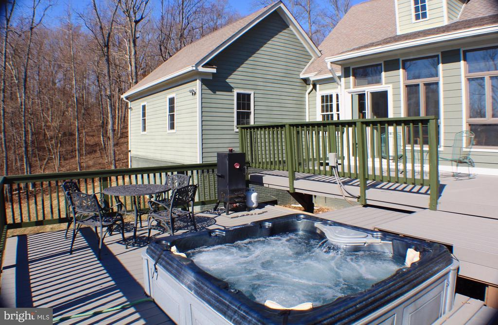 BACK DECK WITH 5 PERSON HOT TUB - 20970 STEPTOE HILL RD, MIDDLEBURG