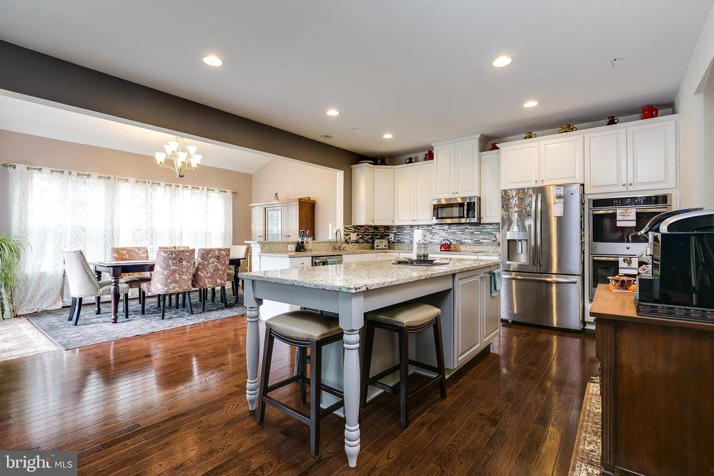 Gourmet kitchen with oversized island - 2565 PASSIONFLOWER CT, DUMFRIES