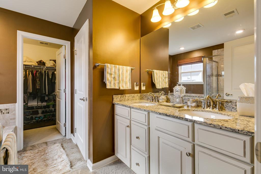 Luxury owners bath with garden tub and shower - 2565 PASSIONFLOWER CT, DUMFRIES