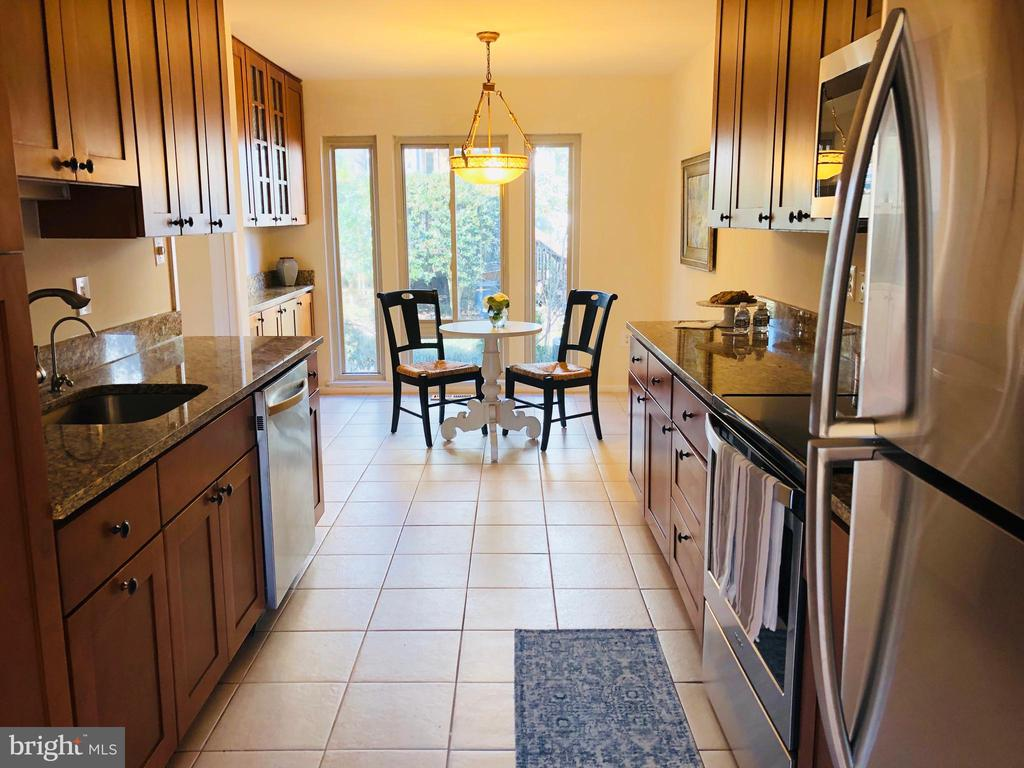Updated kitchen with stainless appliances - 2025 CHADDS FORD DR, RESTON