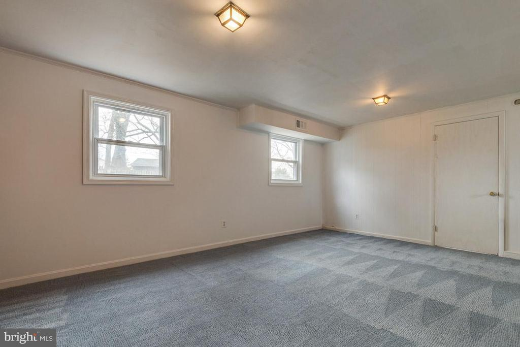 Plenty of natural light in the family room - 10321 WOOD RD, FAIRFAX