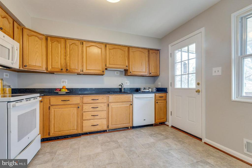 Updated hardware and expansive granite counters - 10321 WOOD RD, FAIRFAX