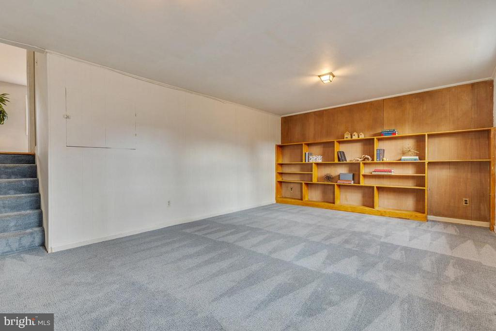 Large family room with built in book shelves - 10321 WOOD RD, FAIRFAX