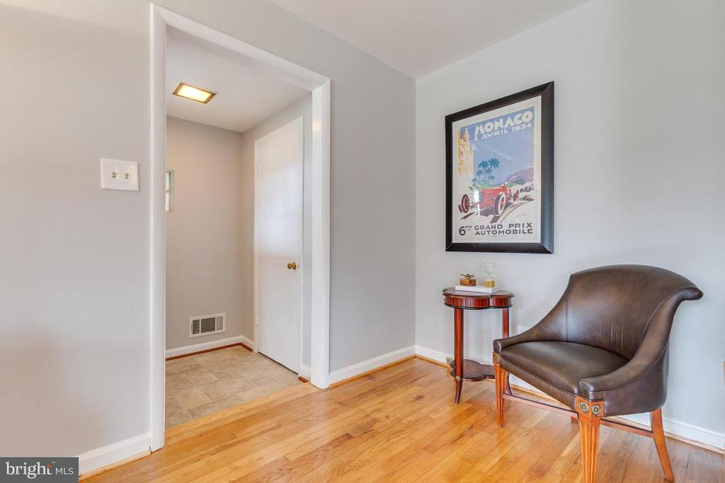 Foyer, closet and welcome nook - 10321 WOOD RD, FAIRFAX