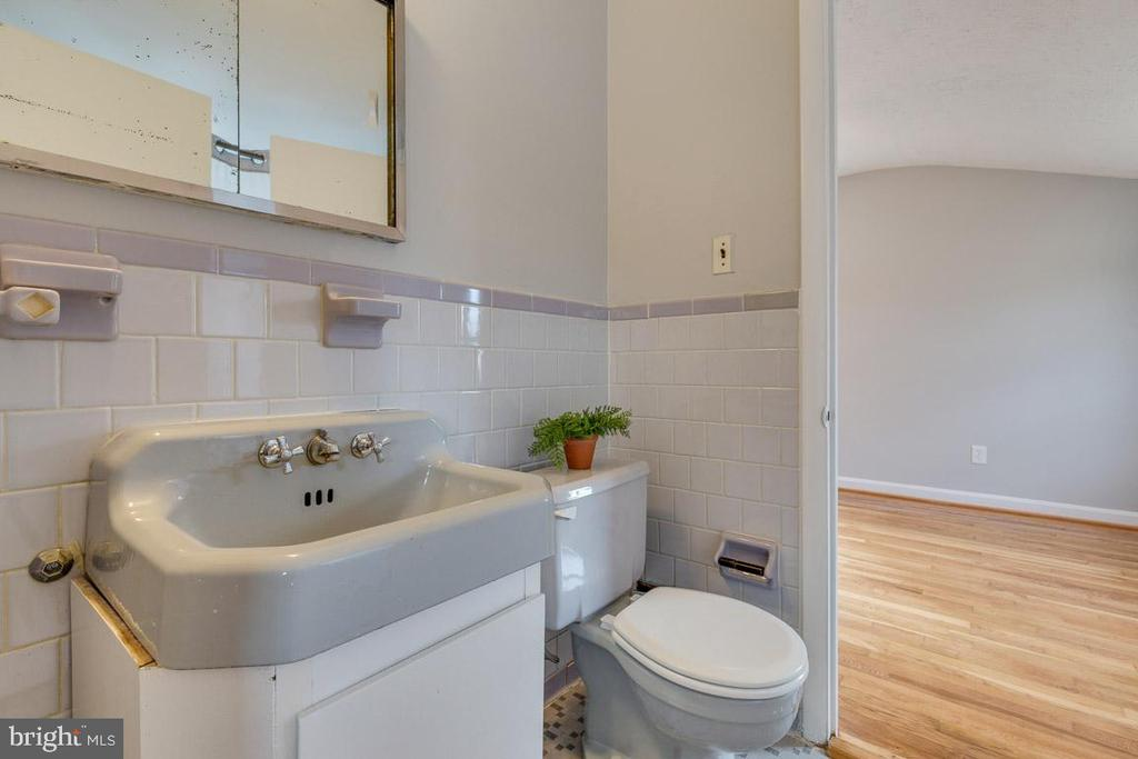 Level 4 full bath with dual sided entry - 10321 WOOD RD, FAIRFAX