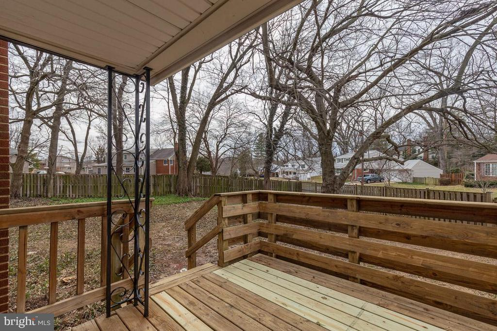 Cozy deck off kitchen perfect for BBQs - 10321 WOOD RD, FAIRFAX