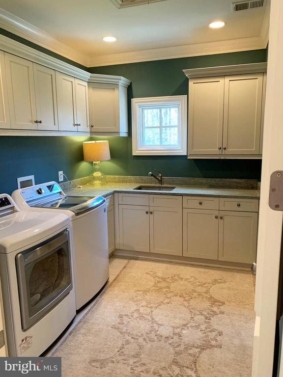This laundry room almost makes laundry fun - 7301 DULANY DR, MCLEAN
