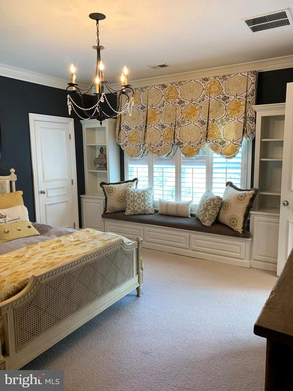 Beautiful window seat - 7301 DULANY DR, MCLEAN