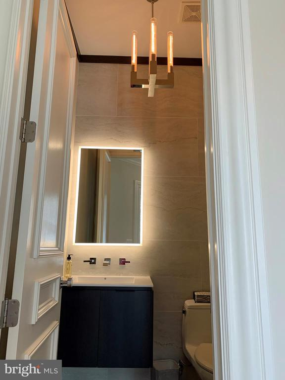 Family powder room - 7301 DULANY DR, MCLEAN