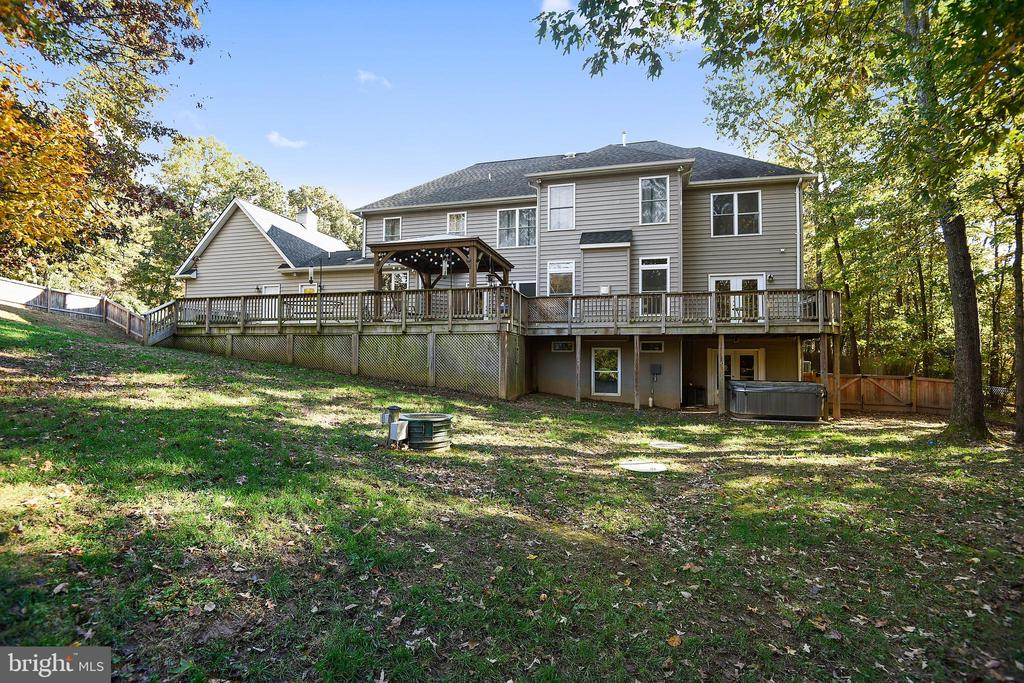 Expansive Rear Deck & Walk-out Basement. - 3446 VALEWOOD DR, OAKTON