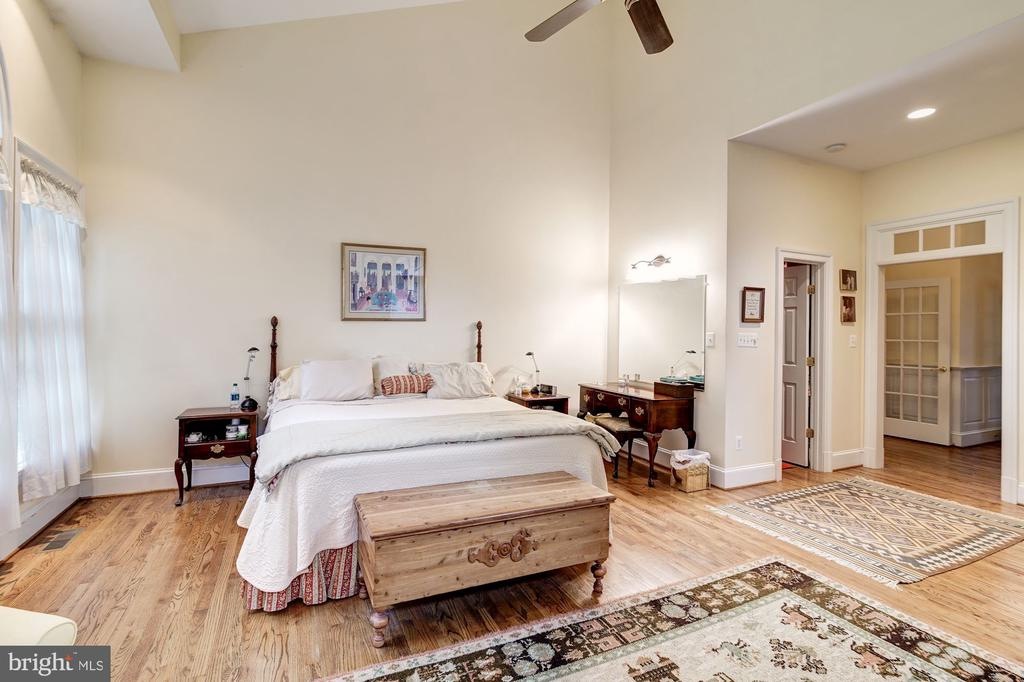 Main level Master suite w two walk-in closets - 3013 N DICKERSON ST, ARLINGTON