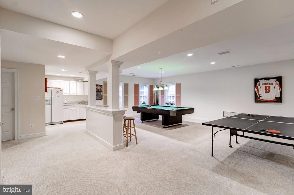 Finished lower level with wet bar/ kitchenette - 3013 N DICKERSON ST, ARLINGTON
