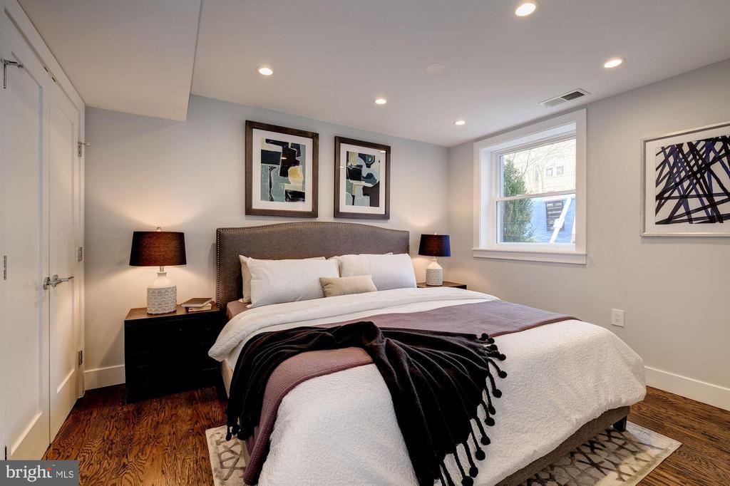 King Size Bed - 522 G ST NE, WASHINGTON