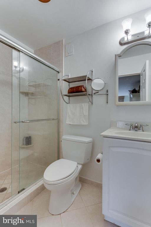 Separate master bath - 1200 N NASH ST #551, ARLINGTON