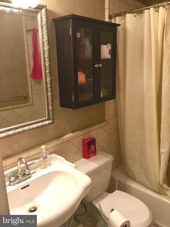 upstairs full bath - 4 DARUS CT, STERLING