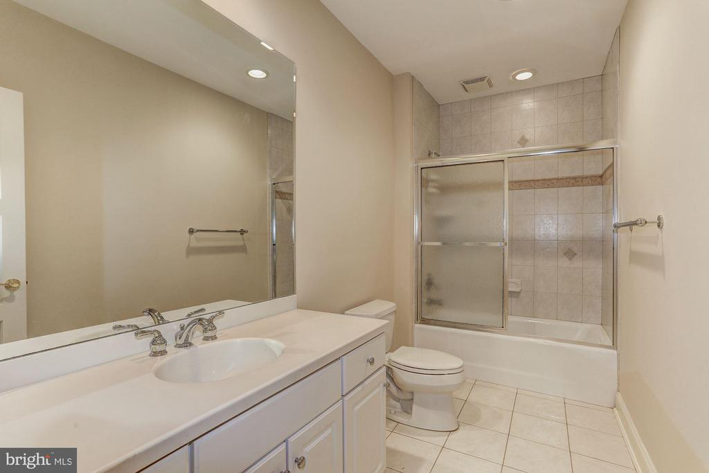 Au Pair/In law suite full bath - 7984 GEORGETOWN PIKE, MCLEAN