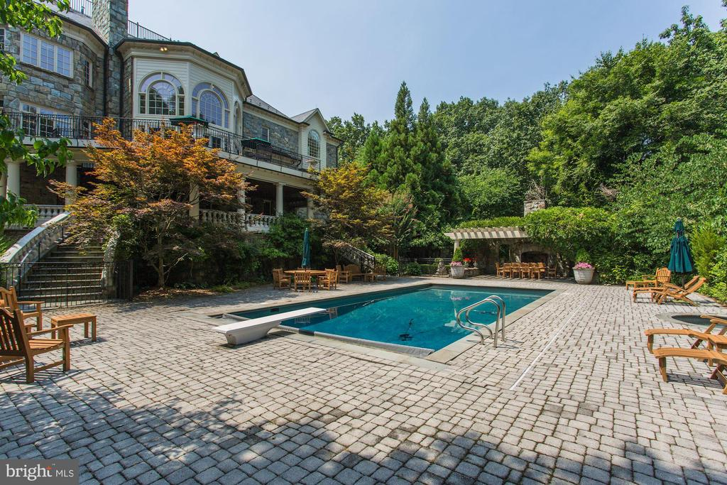 Pool and hot tub with double staircase entry - 7984 GEORGETOWN PIKE, MCLEAN