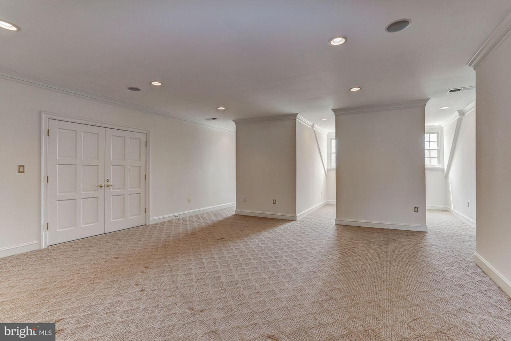 Bright top floor bedroom or play room w/ full bath - 7984 GEORGETOWN PIKE, MCLEAN