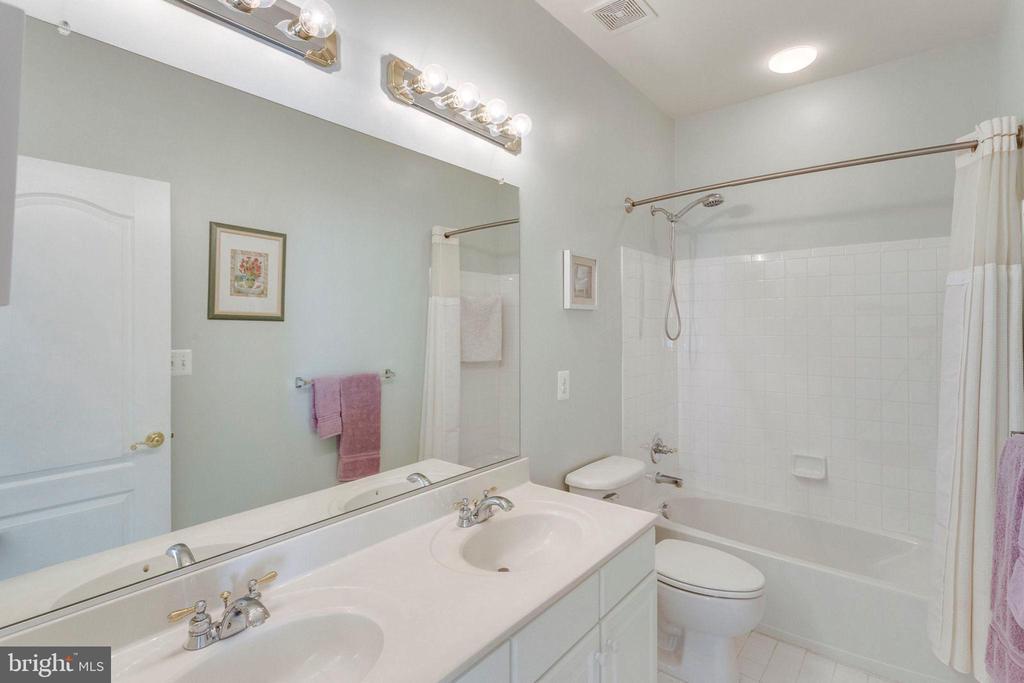 Full Hall Bath on UL w/ dual vanities - 43328 MARKHAM PL, ASHBURN