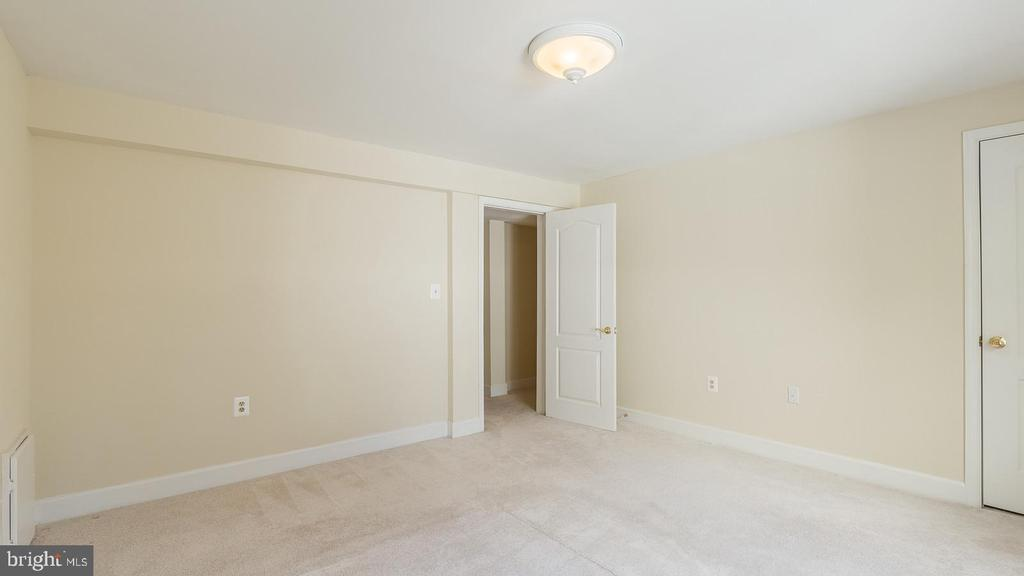 In-Law suite Bedroom - 21337 CLAPPERTOWN DR, ASHBURN