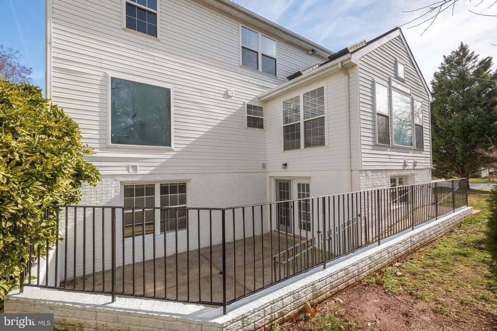 Back Entrance to In-Law Suite with Ramp - 21337 CLAPPERTOWN DR, ASHBURN
