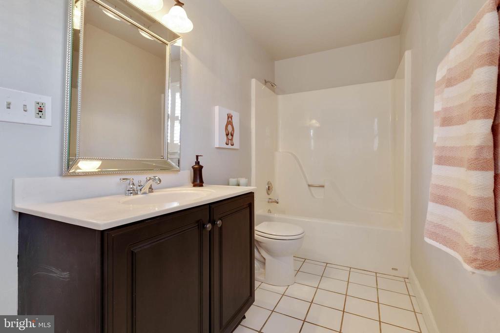 Upstairs bath - 1017 TYLER ST, HERNDON