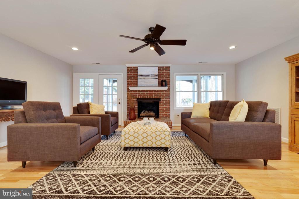 Family Room with lots of famil y space - 1017 TYLER ST, HERNDON