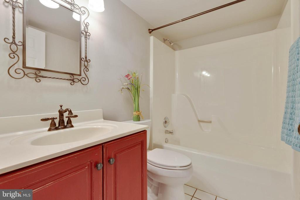 Main level full bath just across from the study/BR - 1017 TYLER ST, HERNDON