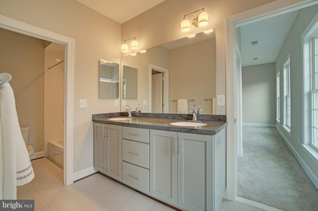 Upper level bathroom - 2550 VALE RIDGE CT, OAKTON