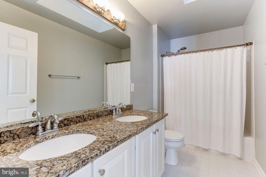 Improved Full Bathroom - 43127 LLEWELLYN CT, LEESBURG