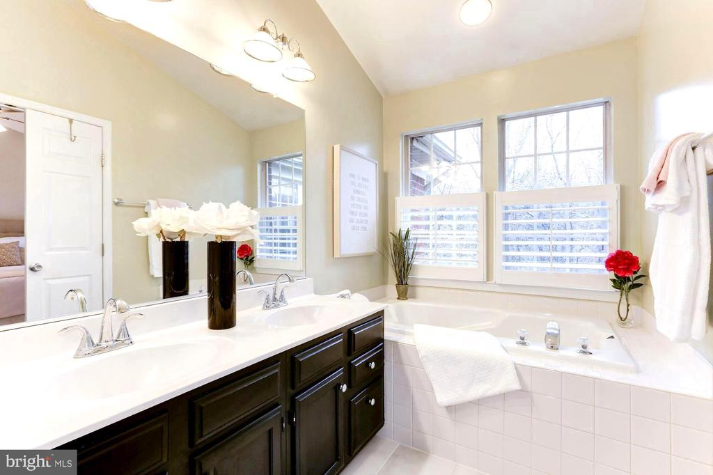 Double vanity, custom lighting, new faucets - 1460 PARK GARDEN LN, RESTON