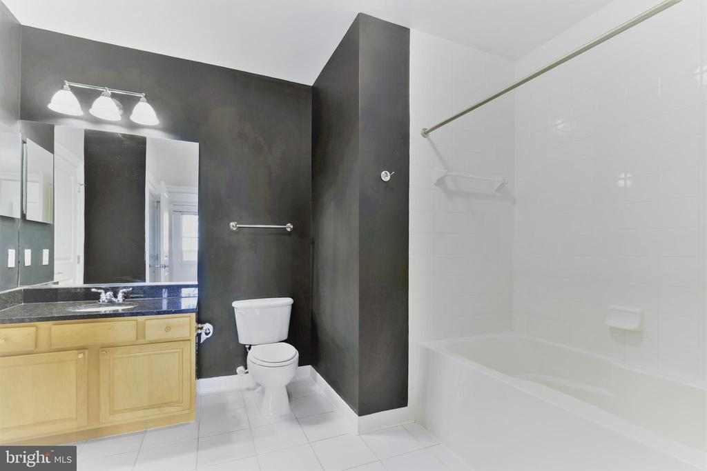 Very large Bathroom - 38 MARYLAND AVE #214, ROCKVILLE