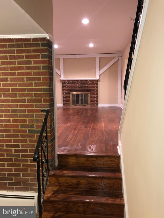View of glemaing HWF and living room fireplace - 5008 BRAYMER AVE, SUITLAND