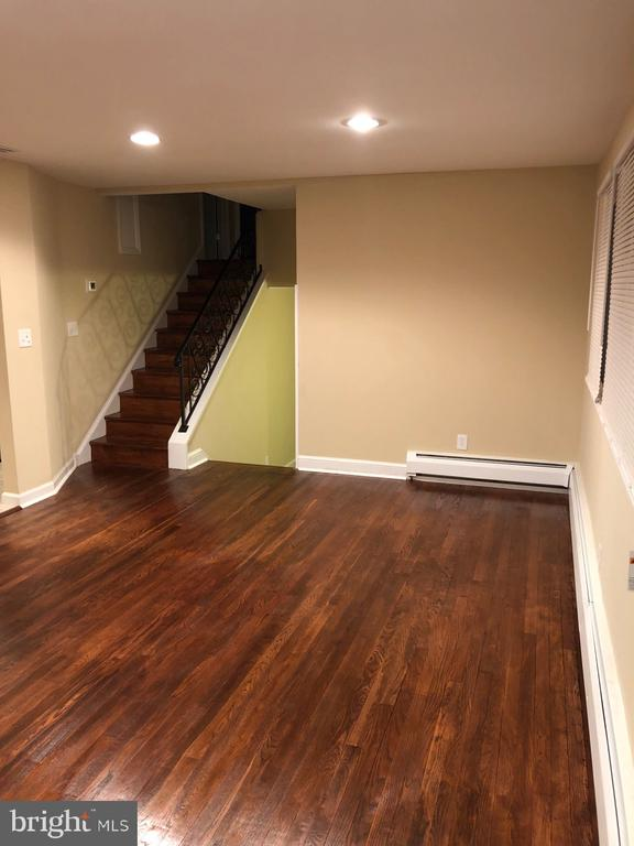 View of spacious LR w/ recessed lights - 5008 BRAYMER AVE, SUITLAND