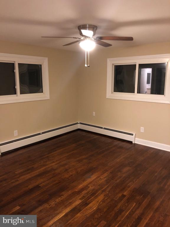 Spacious MBR w/ new  ceiling fan & freshly painted - 5008 BRAYMER AVE, SUITLAND