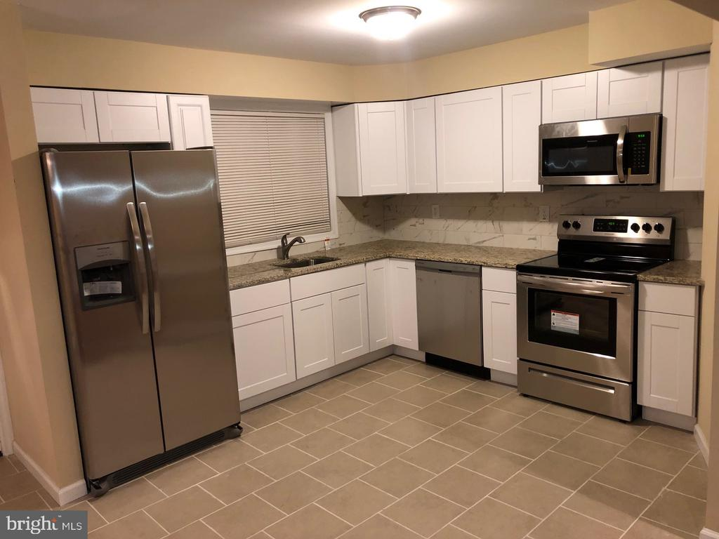 Gourmet new Kitchen w/ SS appliances & CT flrs - 5008 BRAYMER AVE, SUITLAND