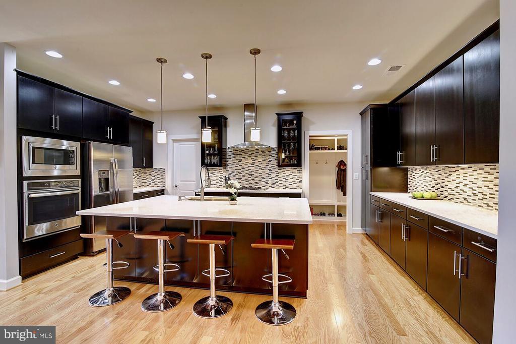 Beautiful Modern Kitchen - 43354 SOUTHLAND ST, ASHBURN