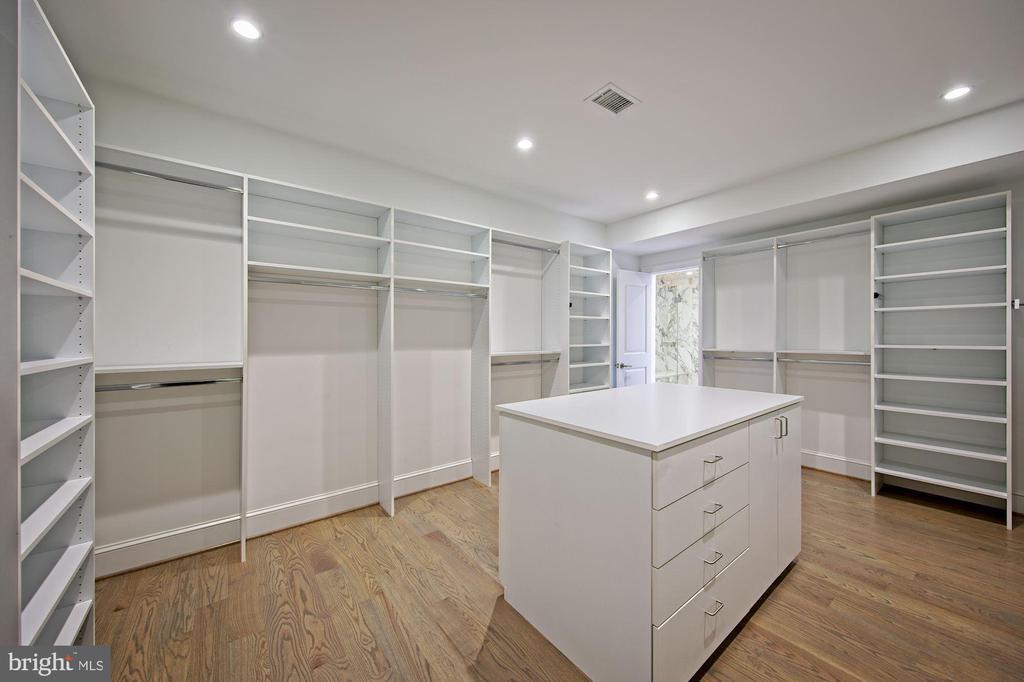 Expansive Closet - 5400 CATHEDRAL AVE NW, WASHINGTON