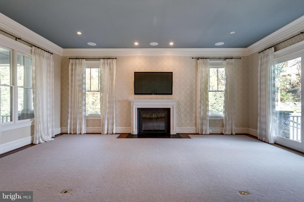 Family room off kitchen with gas fireplace - 833 HERBERT SPRINGS RD, ALEXANDRIA