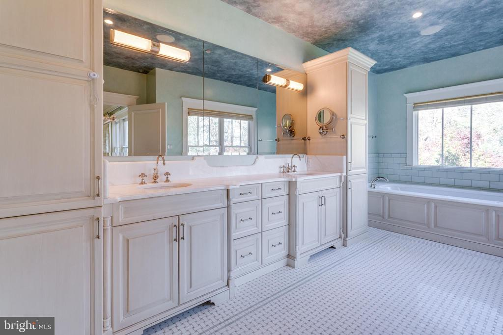 Bathroom with double vanity - 833 HERBERT SPRINGS RD, ALEXANDRIA