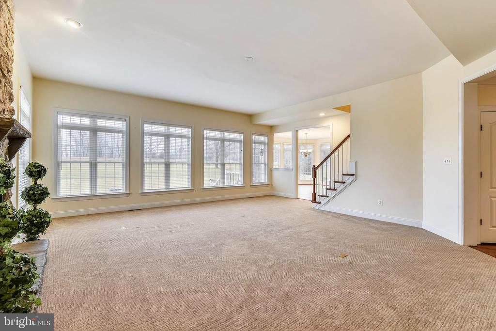 Family room is off kitchen and sun room - 16600 FERRIERS CT, LEESBURG
