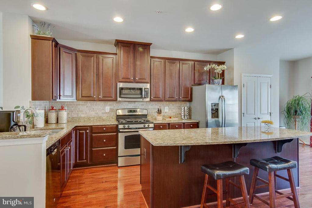 Upgraded center island kitchen w/ seating - 601 FOX RIVER HILLS WAY, GLEN BURNIE
