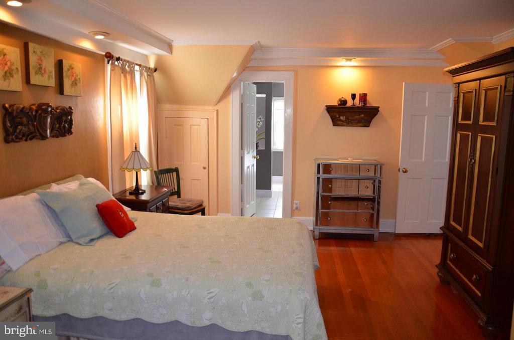 Master Bedroom with  full bath - 3123 GLEN CARLYN RD, FALLS CHURCH