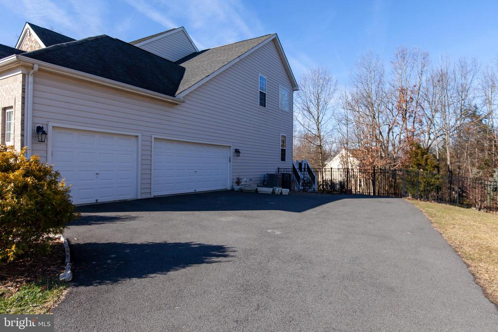 3 Car Sideload garage - with 15 ft ceiling - 43341 CEDAR POND PL, CHANTILLY