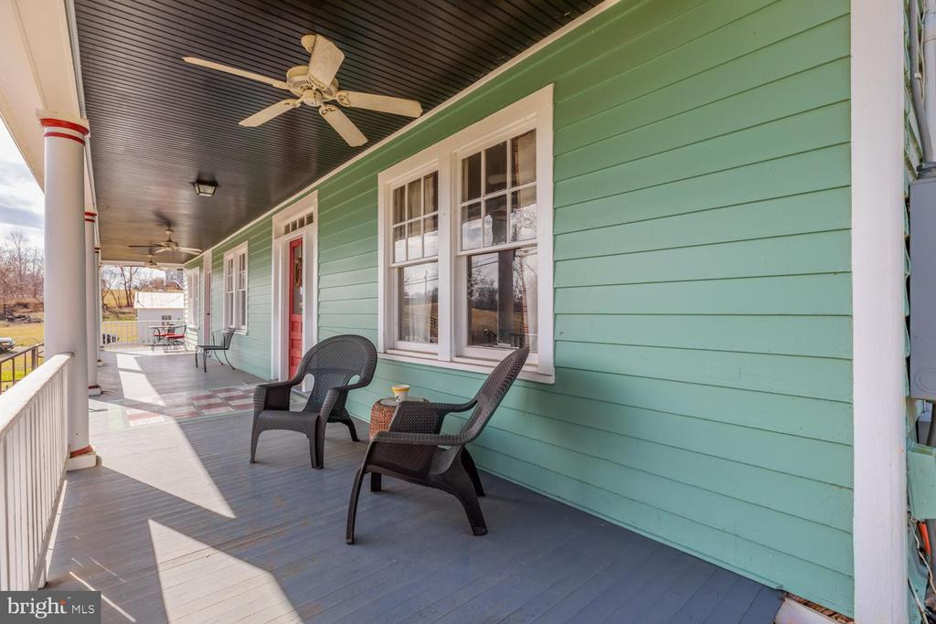 Covered Front Porch - 18815 SILCOTT SPRINGS RD, PURCELLVILLE