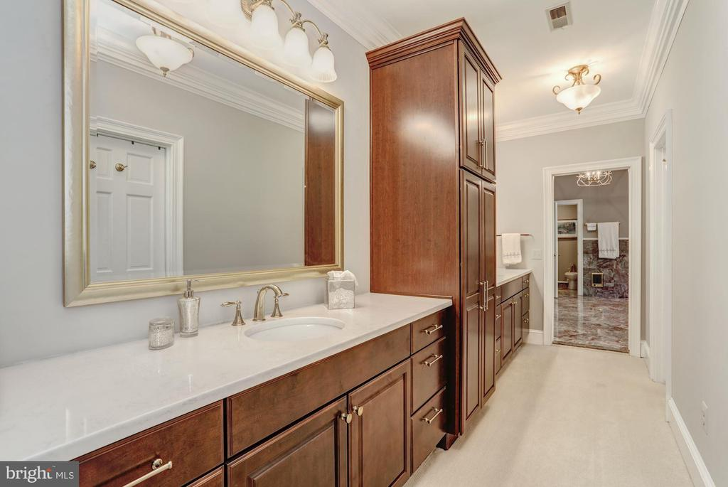 Master bedroom dressing room with double vanities - 11102 DEVEREUX STATION LN, FAIRFAX STATION